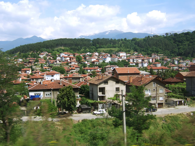 ブルガリア郊外の町並み 素材提供者:a.h 撮影場所:ブルガリア 全ての家の屋根が同系色で統一.