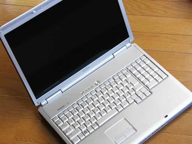 シルバーグレーのノートパソコン