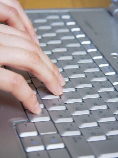パソコンのキーボードを打つ