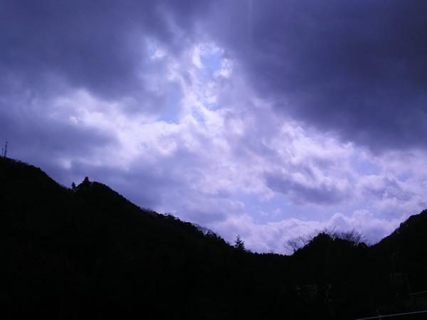 雲間からのぞく青空の無料画像 雲間からのぞく青空の無料画像 フリー素材屋Hoshino 空・雲・