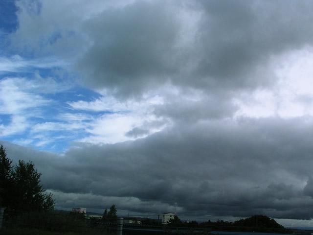 台風一過 素材提供者:星野伸 撮影場所:神奈川県 厚い雲がどんどん流れて行きます... 台風一過