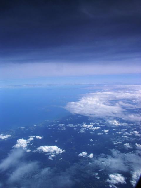 雲と海の間 素材提供者:星野伸 撮影場所:北海道上空 黒い雲と青い海の間に広がる不... 雲と海