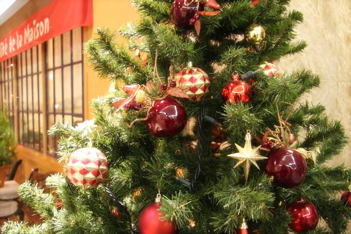 モミの木と赤いオーナメント : クリスマスカード 素材 フリー : カード
